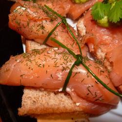 Рыбные рецепты. Рулетики из копченого лосося